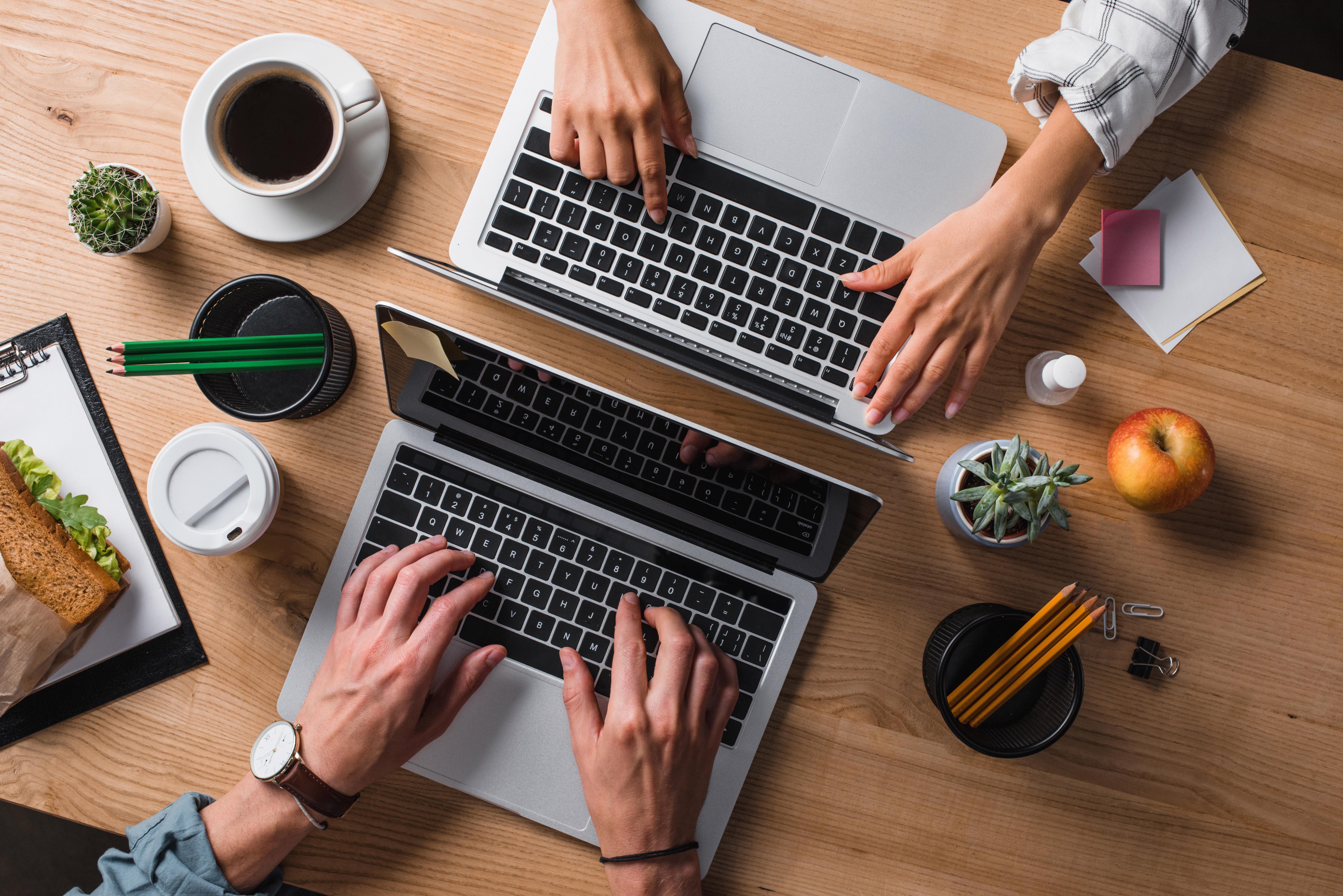 Personnes travaillant sur des MacBook dans un environnement créatif pour illustrer l'adaptabilité des produits Apple en entreprise selon ALis Business