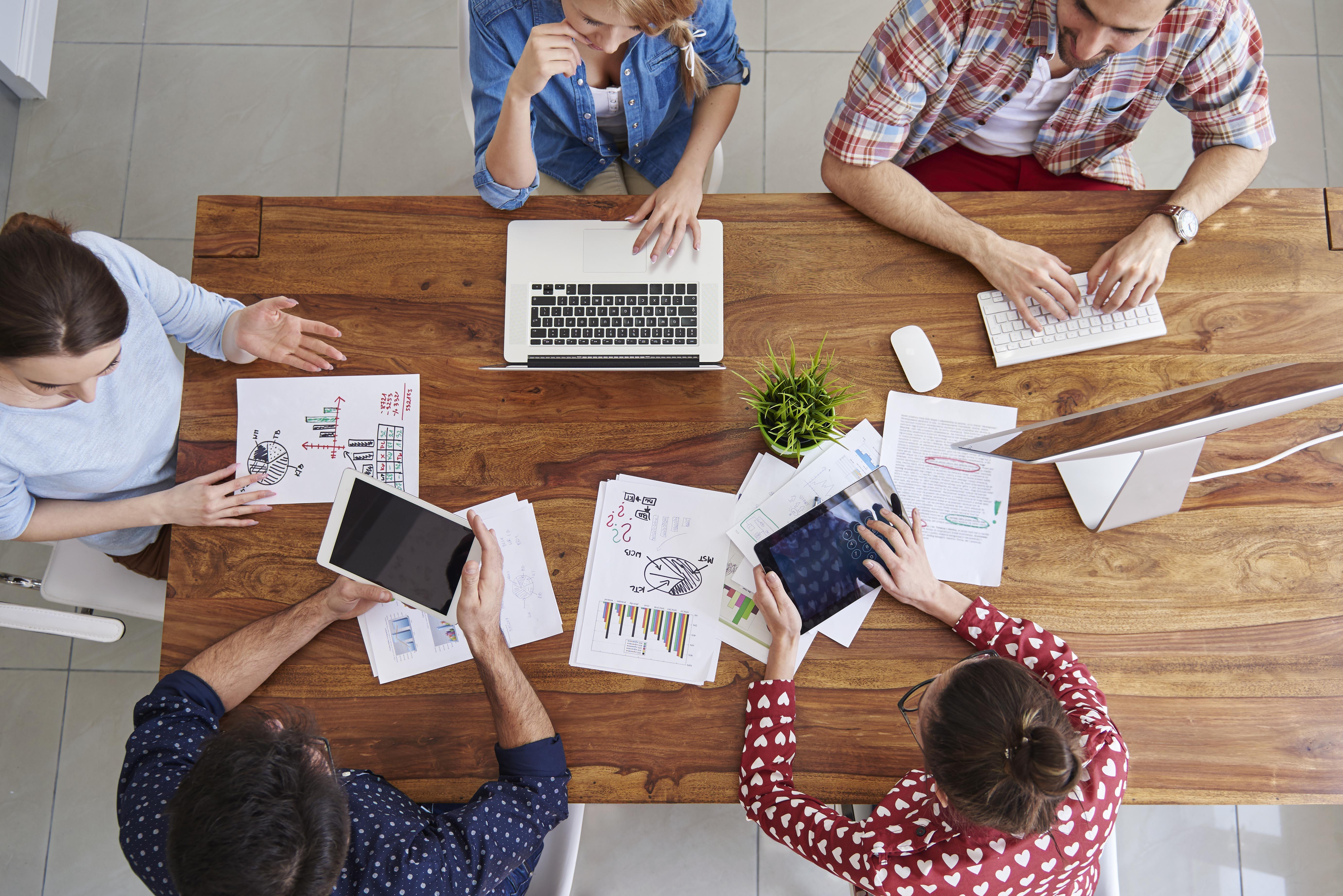 Personnes travaillant en équipe autour d'un MacBook, d'un iPad et d'un Mac pour illustrer le programme Apple Employee Choice selon ALis Business