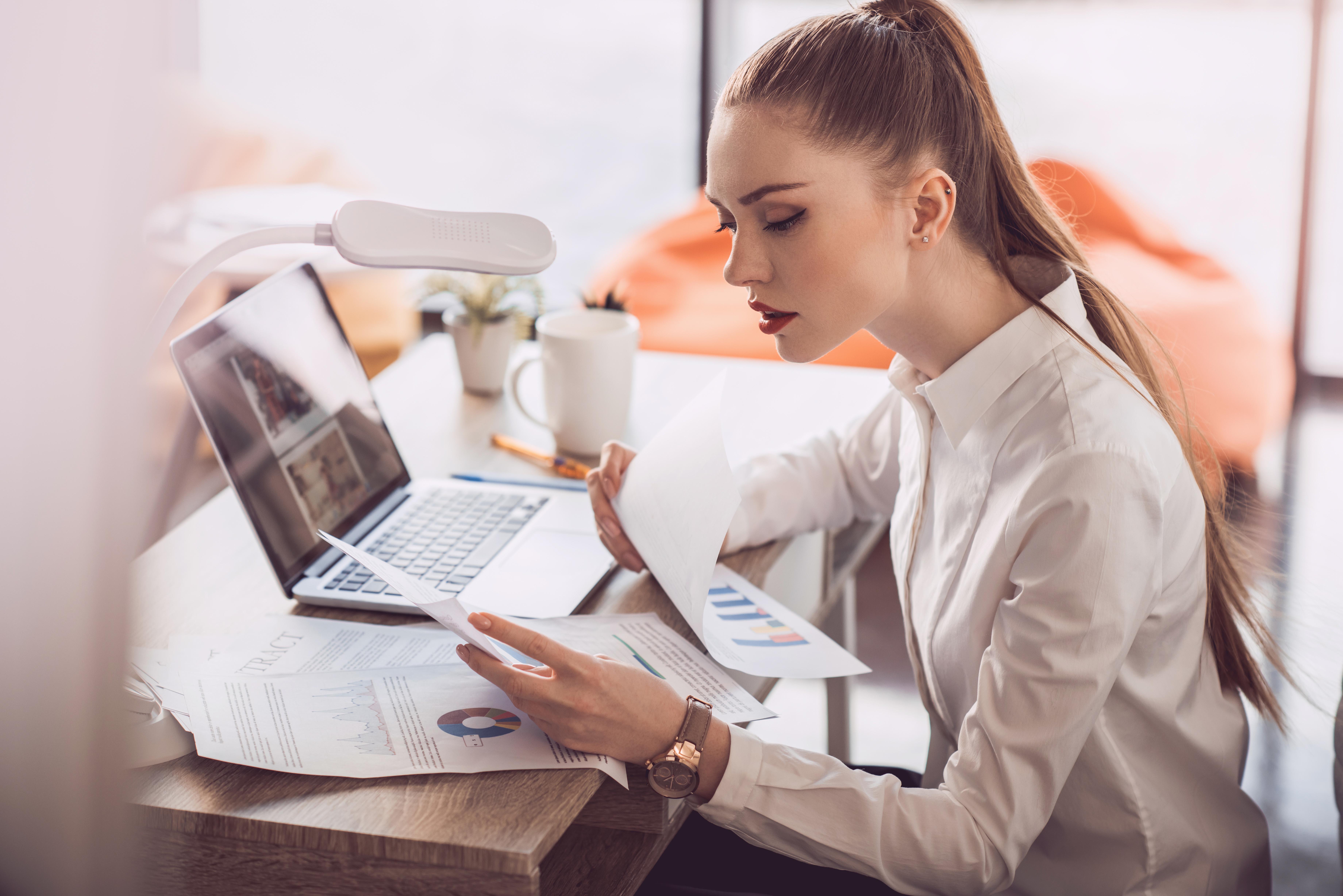 Business woman qui étudie des graphiques pour illustrer le financement de votre système informatique Apple selon ALis Business
